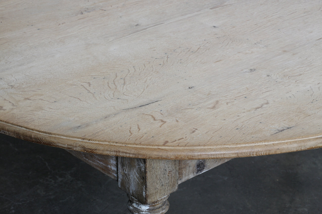 Mesa ovalada en madera de pitchpine.