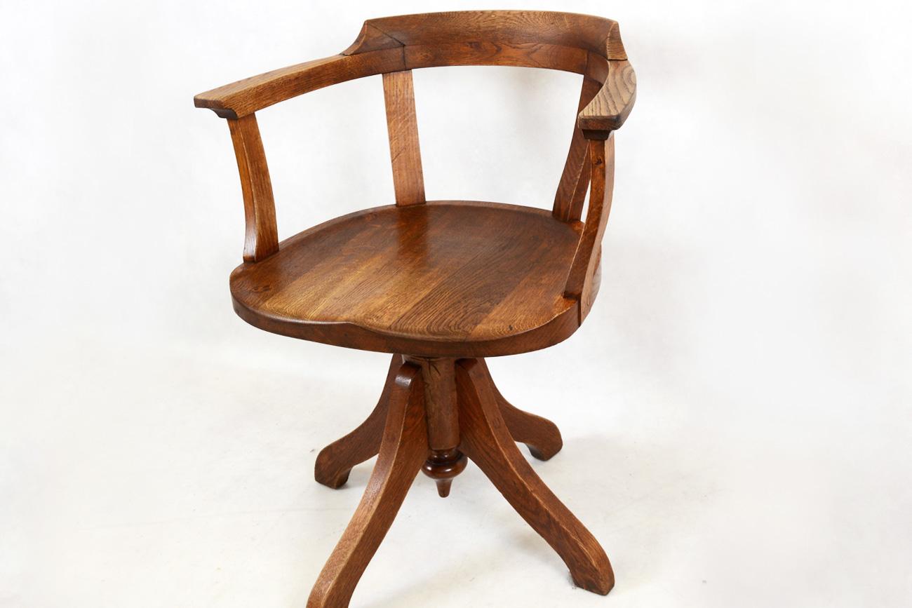 Il tavolo verde silla giratoria de oficina postal for Sillas de madera comodas