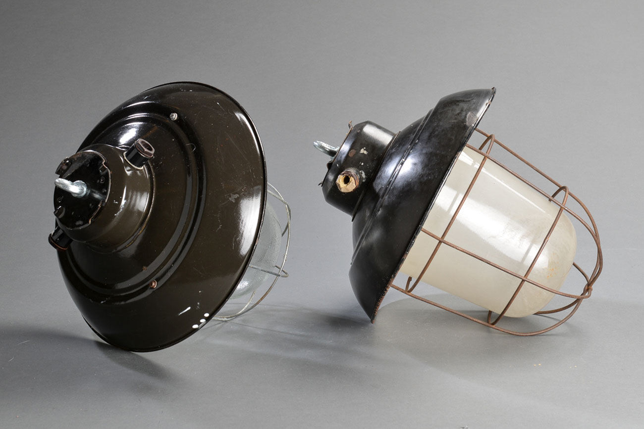 Lámparas industriales con tulipa de cristal templado. Checoslovaquia, 1930-1940